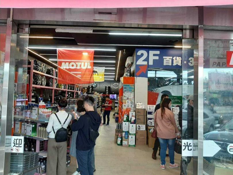 網路店家「易生活」銷售各種車用、生活用品,也有實體門市。(圖/業者提供)