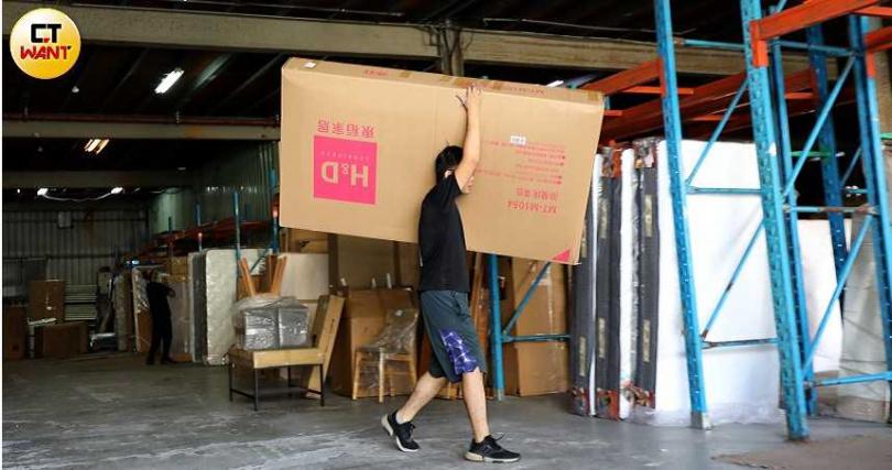 在網路上銷售家具的「東稻家居」,雙11期間接單暢旺,司機忙著搬貨。(圖/王永泰攝)