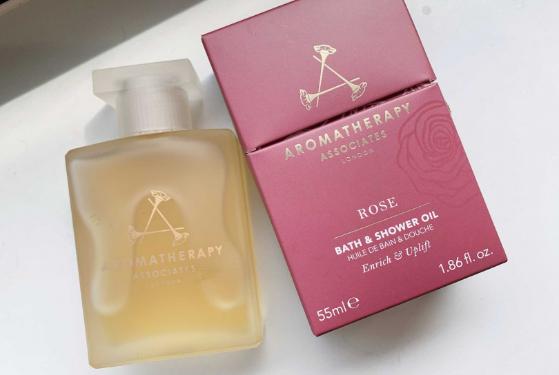AROMATHERAPY ASSOCIATES歡沁玫瑰沐浴油 55ml/2,600元  泡澡之外,也可以滴幾滴在熱毛巾上嗅聞精油香氣。(圖/吳雅鈴攝影)