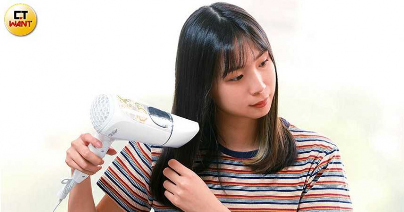 能吹出極細水霧的吹風機,使用時較不傷髮質,是很多年輕媽媽的最愛。圖為TESCOM奈米水霧白金膠原蛋白吹風機。(圖/王永泰攝)