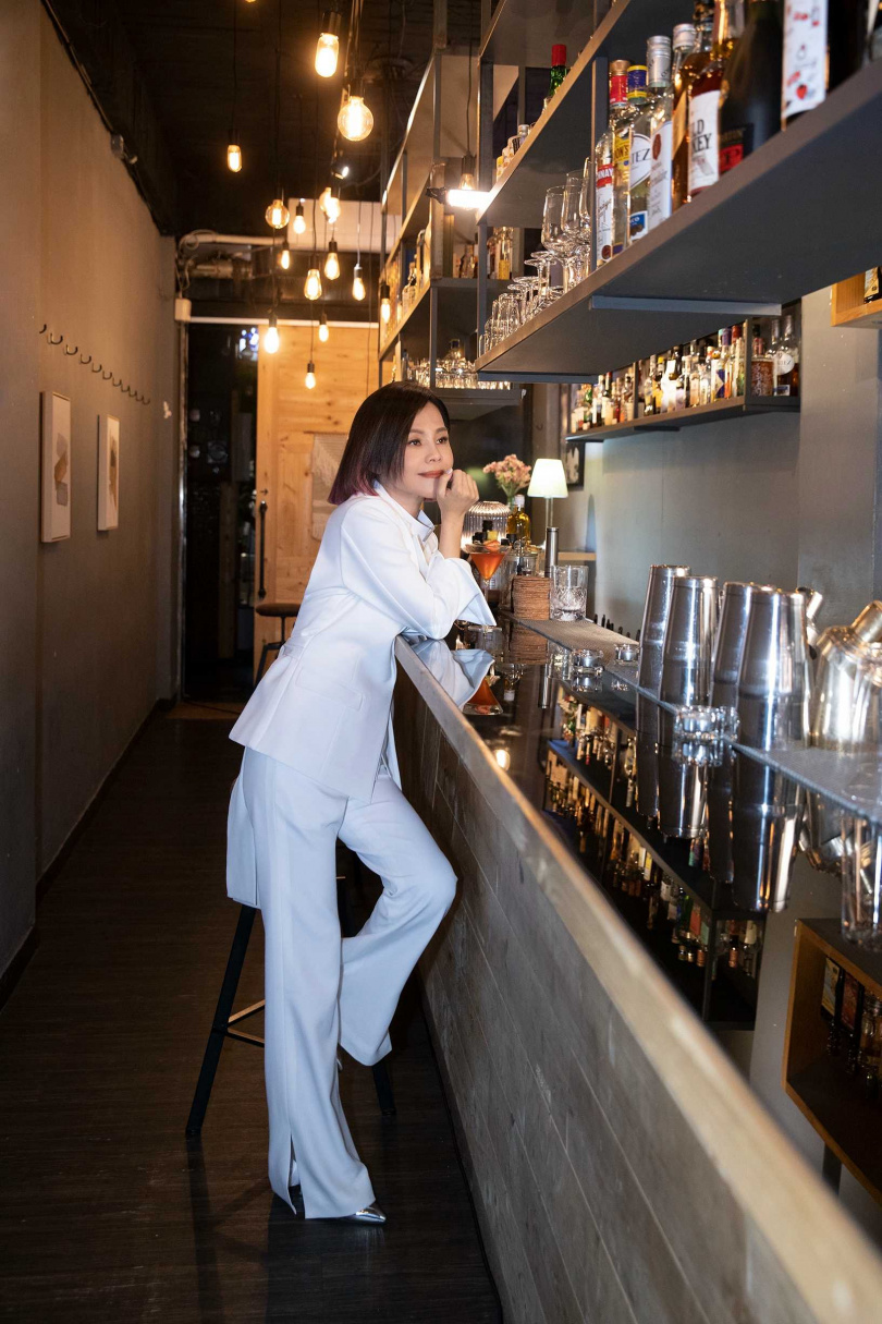 在〈大齡女子〉MV中,女主角藍心湄穿著婚紗跳入泳池的經典畫面,讓彭佳慧在新歌〈說實話〉腦補當起編劇。(圖/索尼音樂提供)