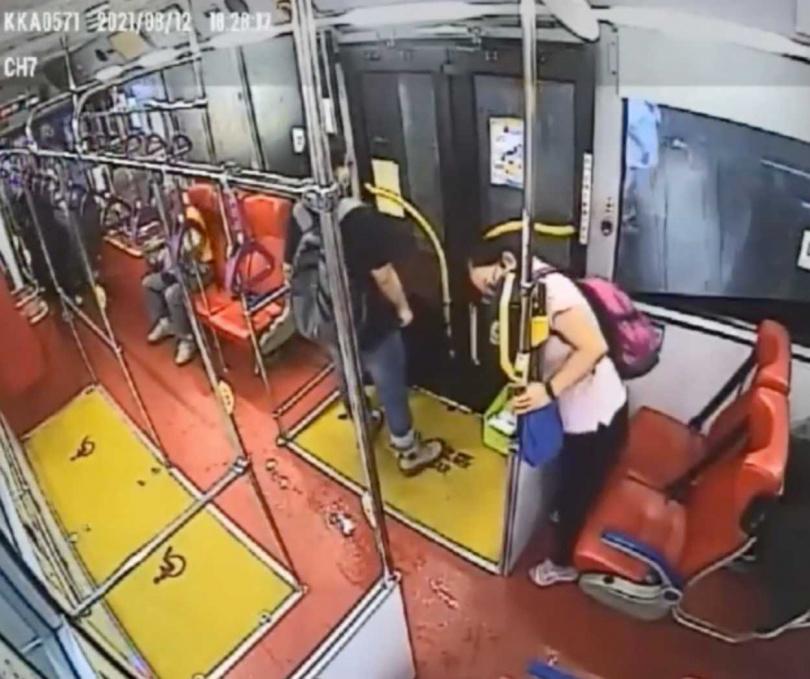 婦人穿過隔板刷卡,竟慘遭公車門夾頭,導致動彈不得。(圖/翻攝畫面)