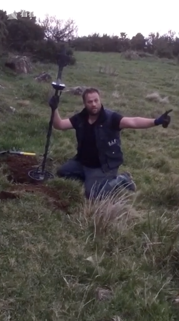 北愛爾蘭男子保羅受託用金屬探測器在田野尋找婚戒,有意外收獲。(圖/翻自網路)