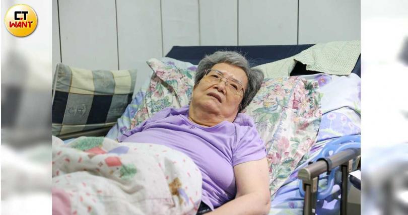 蘇小蕾的老母親蘇春日前不慎跌倒,雖臥病仍希望蘇小蕾能回家探望。(圖/張文玠攝)