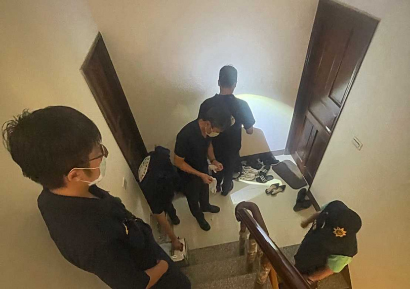 偷內褲事件爆發後,警方至現場蒐證,也果真在元元的房間大門上採集到L男的指紋。(圖/翻攝畫面)