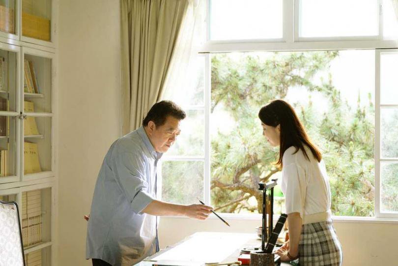 楚長青(林在培飾演)與楚思江(廖苡喬飾演)父女在辦公室談心。(圖/公視)