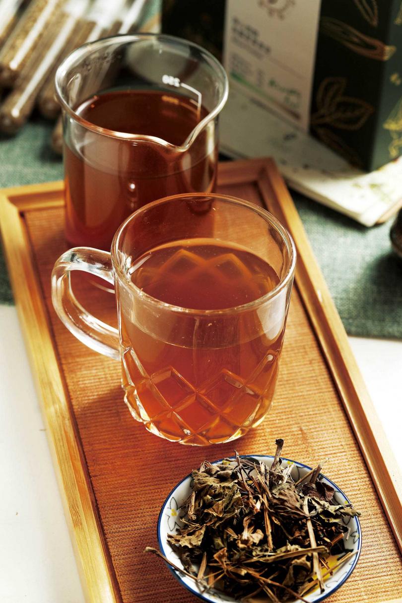 店內提供的台灣野草茶皆為1套2杯,建議先喝原味,再喝加了甘草的版本,體驗「苦盡甘來」。(110元至130元)(圖/于魯光攝)