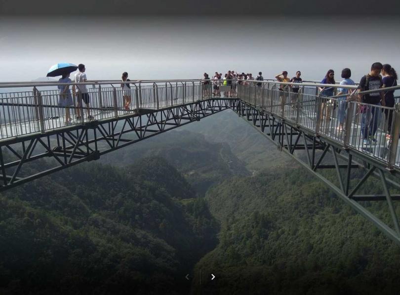 天空懸崖廊橋成「A」字形,位於300公尺高空的懸崖峭壁之上,向外面懸挑出了近80公尺,橋面全是透明的大片玻璃,令遊客膽戰心驚。(圖/翻攝自GOOGLE MAPS)<br>
