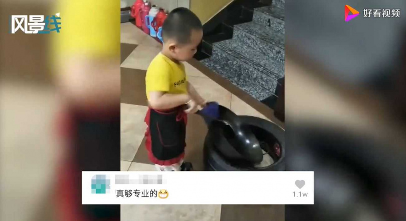 男童「炒菜」架式十足又專業。(圖/翻攝自好看視頻)