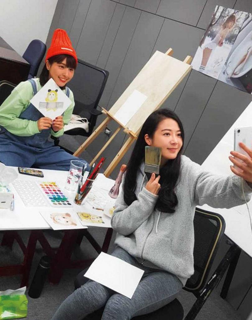 張熙恩是演藝圈有名的才女,近年花很多心力在畫畫上,連峮峮都是她的學生。(圖/翻攝自張熙恩臉書)