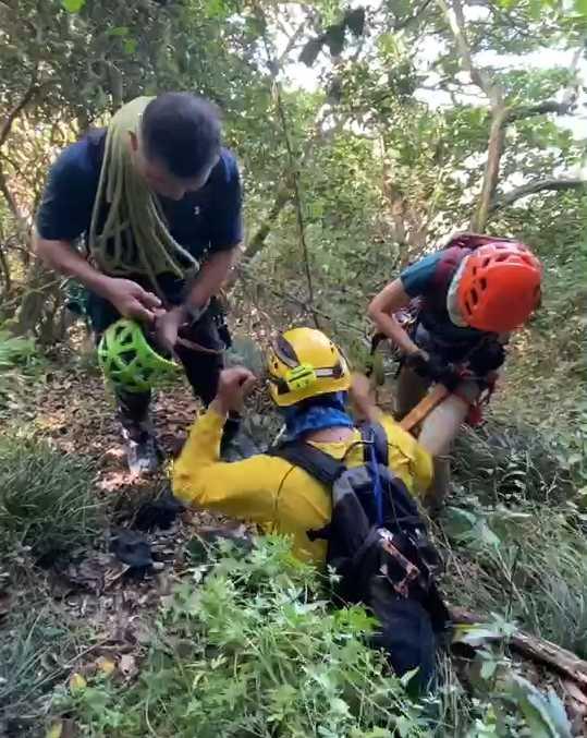 由於山路崎嶇又濕滑,警消使用攀爬繩等設備,在陡峭的山壁中搜尋,希望能找到失聯的傅男。(圖/翻攝畫面)