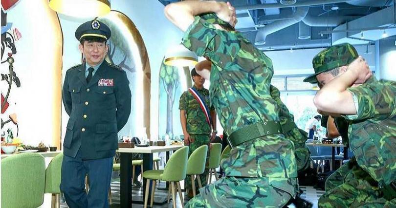 屈中恆化身上將司令在韓式料理餐廳裡操兵演練。(圖/粘耿豪攝)