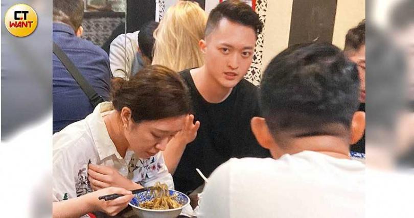 吃宵夜時,小倆口各吃各的,偶爾和朋友聊幾句,互動有如老夫老妻一般。(圖/本刊攝影組)
