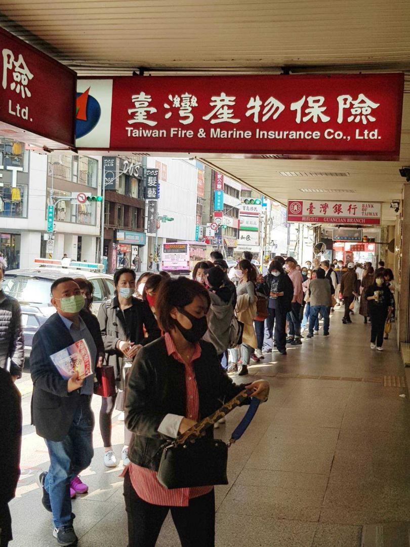 台灣產物總部門口大牌長龍,搶搭防疫神單停售前、投保末班列車。(攝影/周志龍)