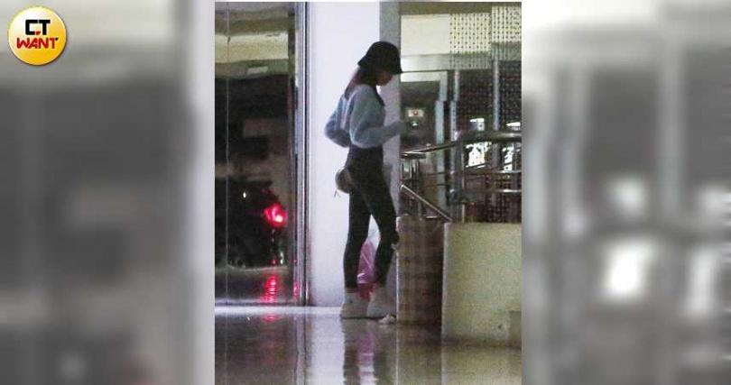 鄭婕彤從該社區的另一扇大門進入,再從地下室通往直達柯震東家的電梯,相當熟門熟路。(圖/攝影組)