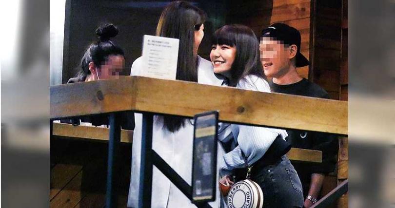 看來精神奕奕的鄭婕彤,聊到開心處還笑倒在好友肩膀上。(圖/攝影組)