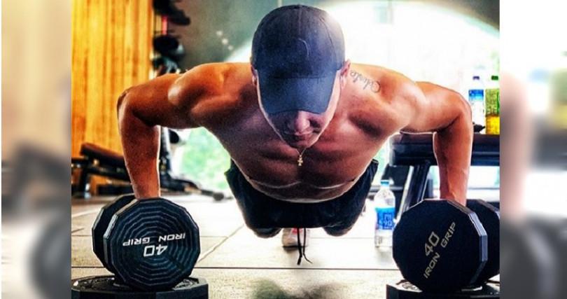 身材訓練得非常好。(圖/翻攝自丁春霆IG,下同)