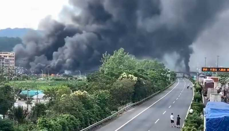 現場濃煙密布。(圖/翻攝自中國消防微博)