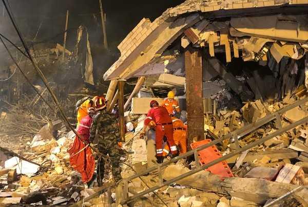 油罐車在匝道爆炸,炸平廠房。(圖/翻攝自中國消防微博)