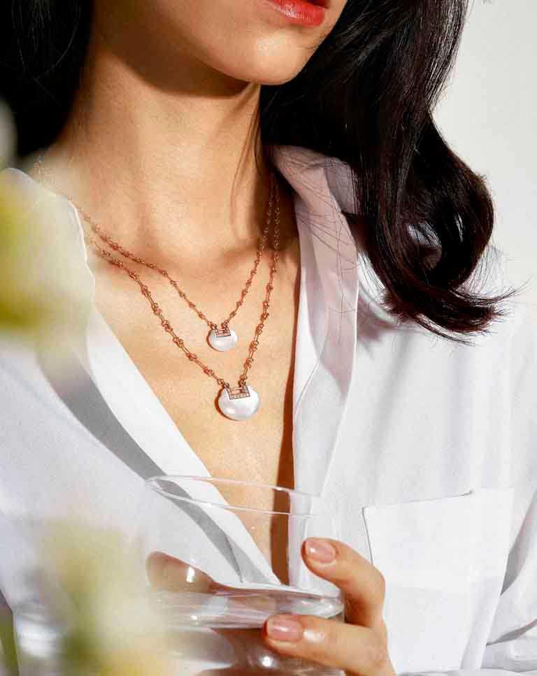 Qeelin「Yu Yi系列」18K玫瑰金鑲鑽珍珠母貝小型項鍊╱118,000元;18K玫瑰金鑲鑽珍珠母貝中型項鍊╱156,000元。(圖╱Qeelin提供)