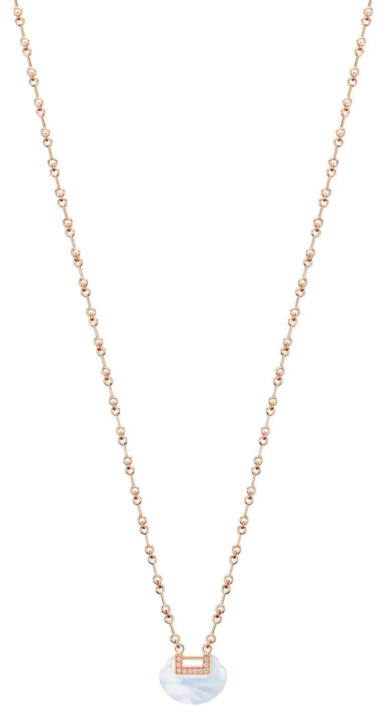 Qeelin「Yu Yi系列」18K玫瑰金鑲鑽珍珠母貝小型項鍊╱118,000元。(圖╱Qeelin提供)
