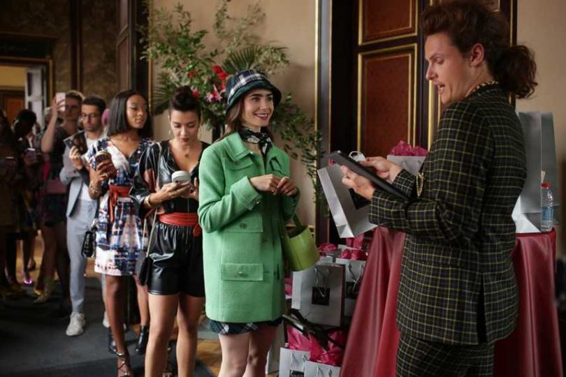 莉莉柯林斯和派翠西亞菲爾德合作,創作出主角艾蜜莉栩栩如生的形象。(圖/Netflix提供)