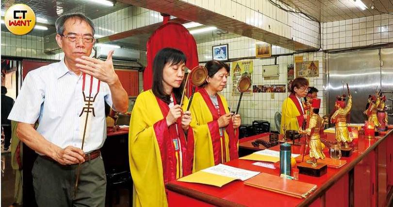 傳說臨水夫人祈雨經由「禮斗」而奏效,因此部分廟宇以「禮斗」的傳統科儀方式祈福。(圖/馬景平攝)