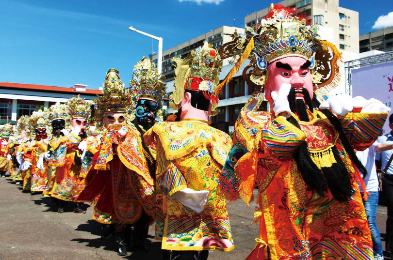 2017年世大運期間,奉天宮循古禮請神明出廟踩街,祈求賽事順利、全境平安。(圖/報系資料庫)