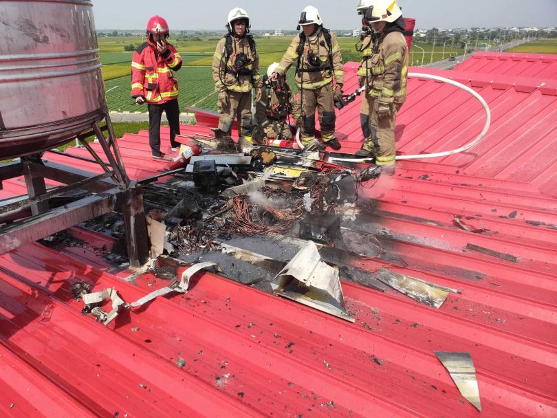 消防員將火勢撲滅後,登上頂樓查看起火點。(圖/讀者提供)