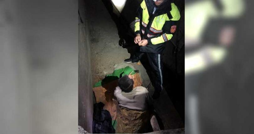 邱男被楊姓獵人發現躲在對面躲山洞內。(圖/警方提供)