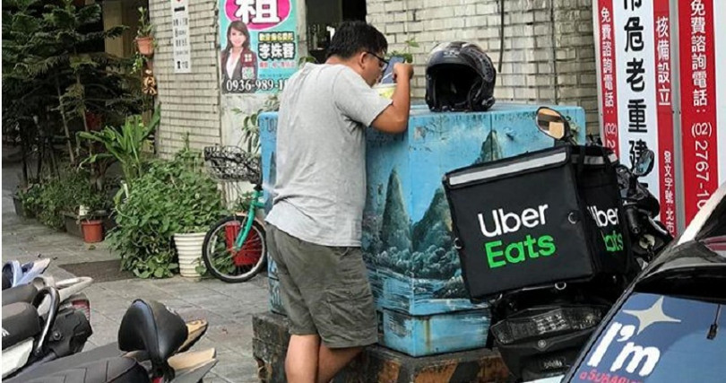 10日有人在網路上發文分享在路邊看到外送員正在吃飯,令許多網友驚呼危險,真的是「用生命在賺錢」。(圖/翻攝自爆廢公社)