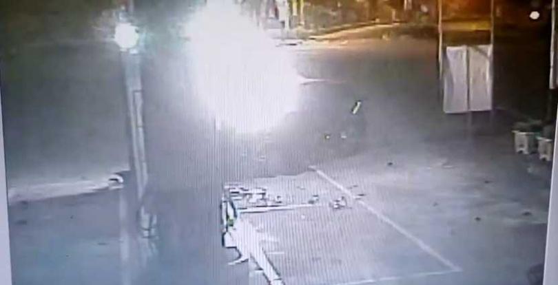 撞擊一瞬間,轎車衝撞加油站,瞬間起火燃燒,陳姓駕駛成一具焦屍。(圖/翻攝畫面)
