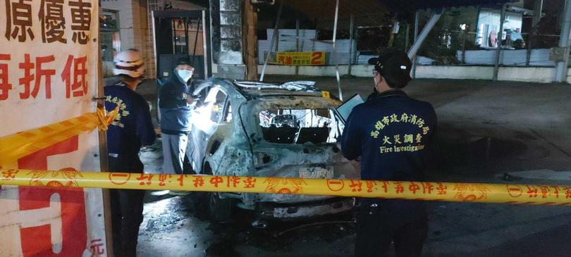 轎車撞加油站引發火燒車,駕駛燒死在車內,警消鑑識釐清事故原因。(圖/翻攝畫面)