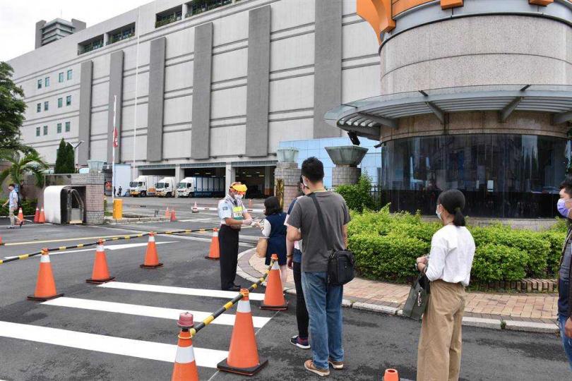 京元電竹南廠6日晚間獲准復工,7日上午,員工上班進入廠區大門都須嚴格驗查。(圖/謝明俊攝)