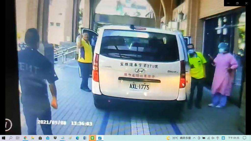 宜蘭兩家民間救護車業者疑似因同行競爭交惡,兩家的救護車司機直接在醫院門口起了口角爭執。(圖/翻攝畫面)