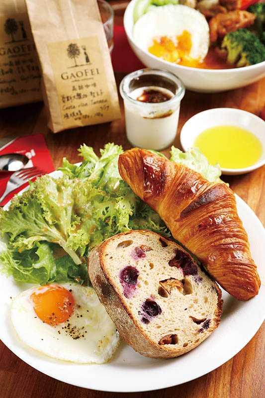 在拾米TO GO點「麵包組合C餐」,可選兩款由知名麵包作坊「舞麥窯」與「野上」提供的麵包,搭配咖啡及優格。(260元)(圖/于魯光攝)
