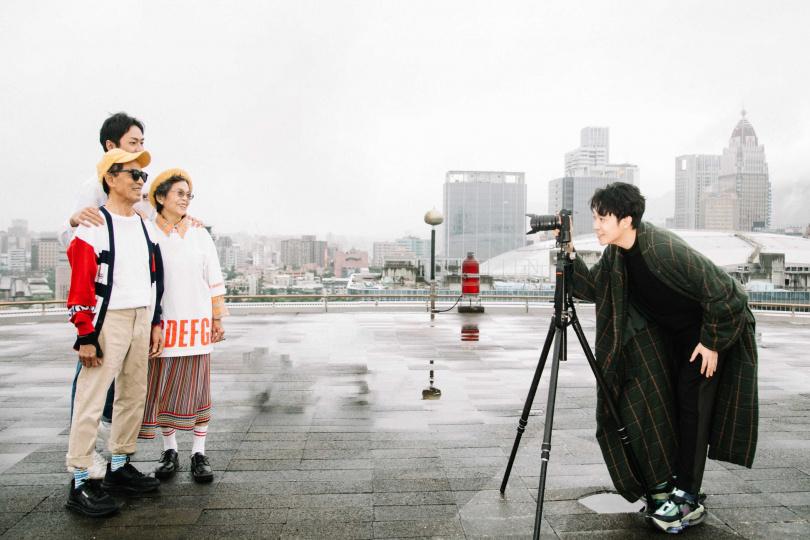 網紅「萬秀洗衣店」的家族成員萬吉阿公、秀娥阿嬤、金孫瑞夫,一同參演吳青峰新歌〈迷幻〉MV。(圖/環球音樂提供)