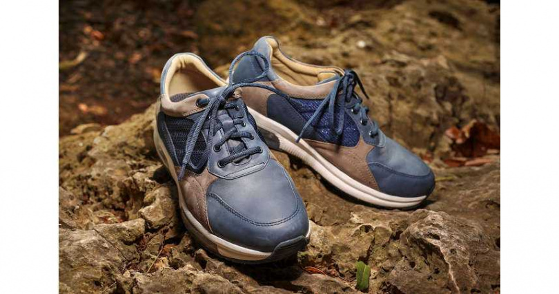 阿瘦皮鞋雖以皮鞋起家,不過其訴求健康機能又舒適的氣墊休閒鞋款,運用多項機能設計穩定步態,搭配專利奈米抗菌皮革及輕量超彈力大底,幫助行走平衡省力,是不少國人心目中的走路神鞋。