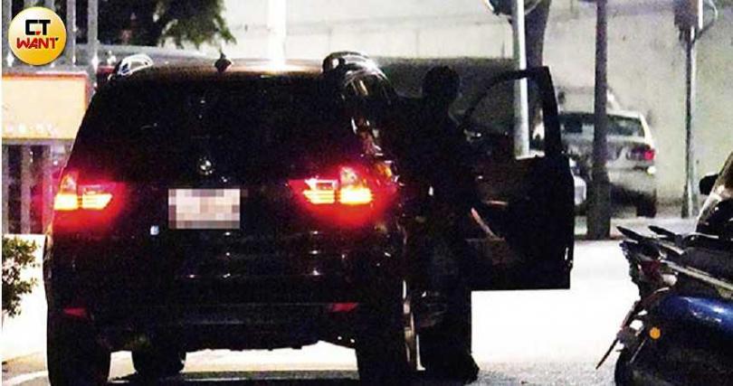 車子抵達賀軍翔家後,他和張勛傑還在車內聊了50分鐘才返家。(圖/本刊攝影組)
