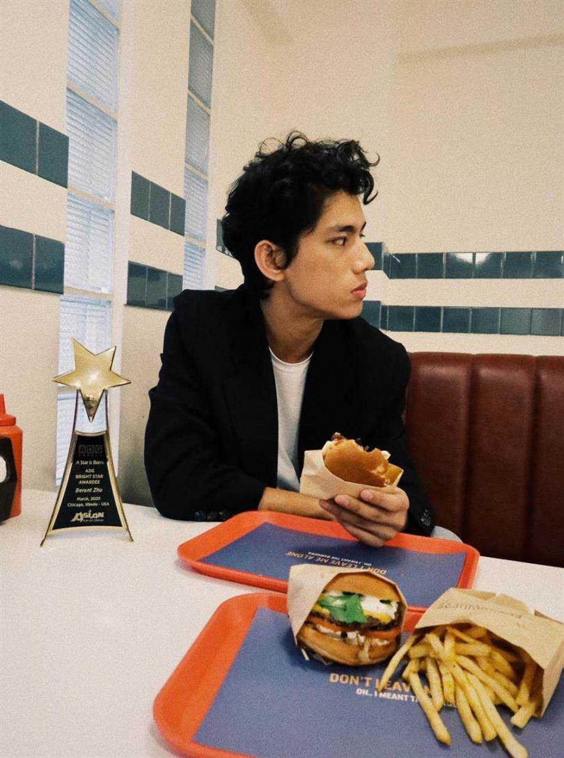朱軒洋帶著獎座一起吃漢堡。(圖/逆光電影提供)