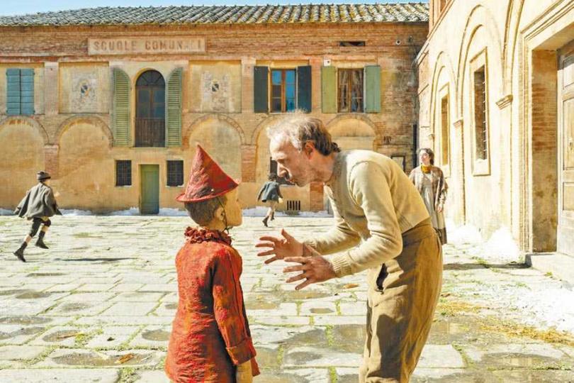 老木匠羅貝托貝尼尼(右)和小木偶費德里科埃拉皮兩人都是導演的一時之選。(圖/海鵬影業提供)