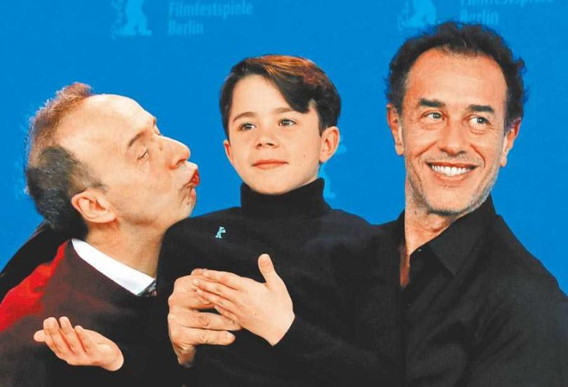 飾演小木偶的費德里科埃拉皮(中),在義大利已是當紅童星。(圖/路透)