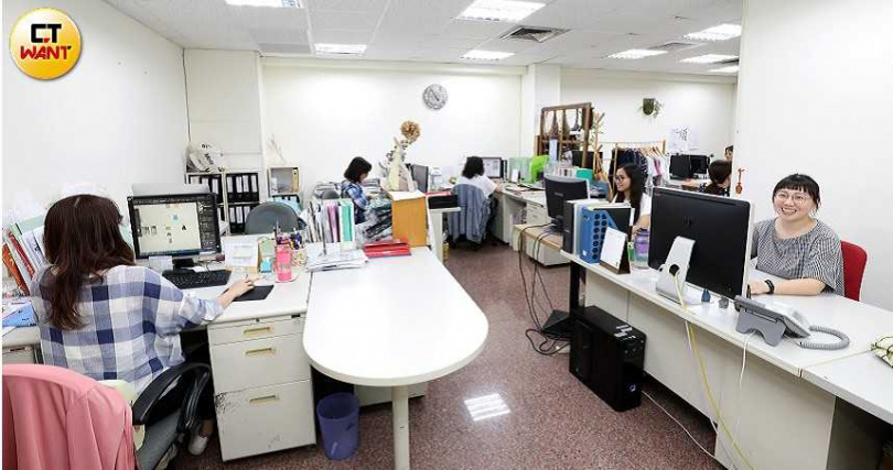 PIPPY台南總部27名內勤尖兵加上百貨櫃姐共65人,締造2019年營收破1.5億元佳績。(圖/王永泰攝)