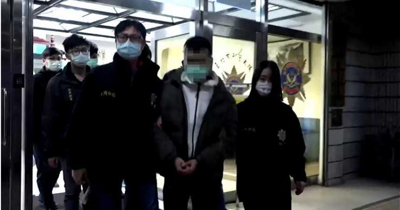警方將趙男及黨羽共4人押往地檢署。(圖/翻攝畫面)