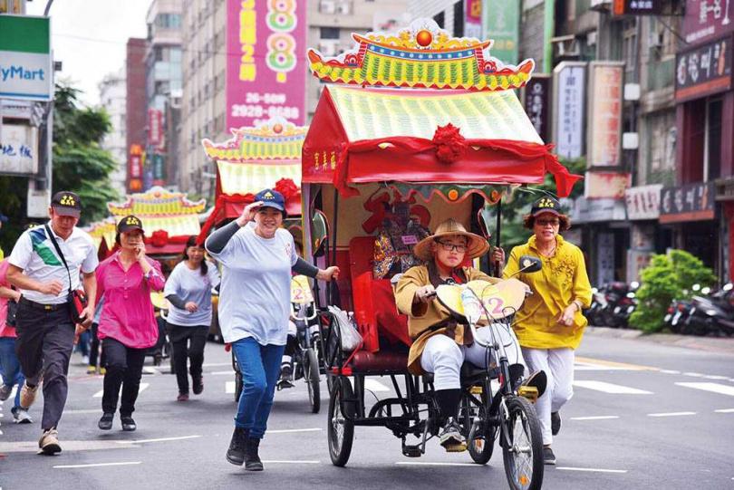 中和土地公文化祭時,土地公打扮的車夫會騎乘三輪車踩街遶境,沿途送發財金給信眾。(圖/報系資料庫)