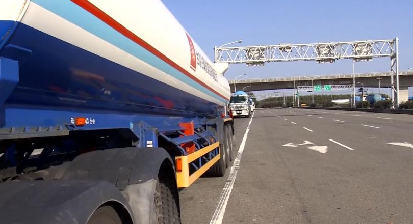 西濱快速道路被戲稱為「小車地獄」、「窮人的高速公路」。(圖/東森新聞)