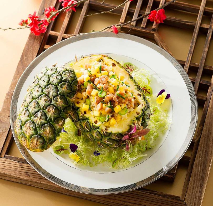 粵菜餐廳「香宮」的原盅菠蘿雞粒炒飯。(圖/台南遠東國際大飯店)