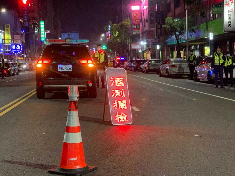 新興分局警方今晨在轄區執行威力路檢勤務。(圖/警方提供)