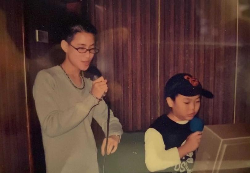 現年27歲的LEE,秀出和哥哥王策小時候唱歌的合照。(圖/環球音樂提供)
