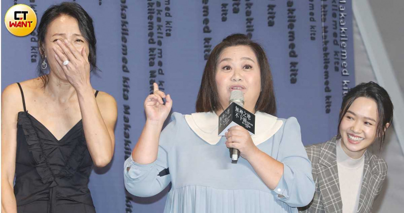柯淑勤(左)演出「祭師」,鍾欣凌(中)、嚴正嵐客串「神靈」。(攝影/趙文彬)